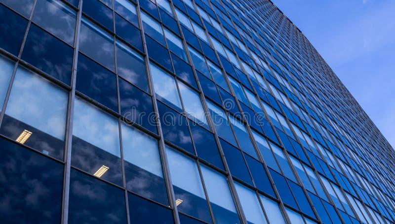 Opinião de perspectiva de vidro moderna da fachada do arranha-céus fotos de stock