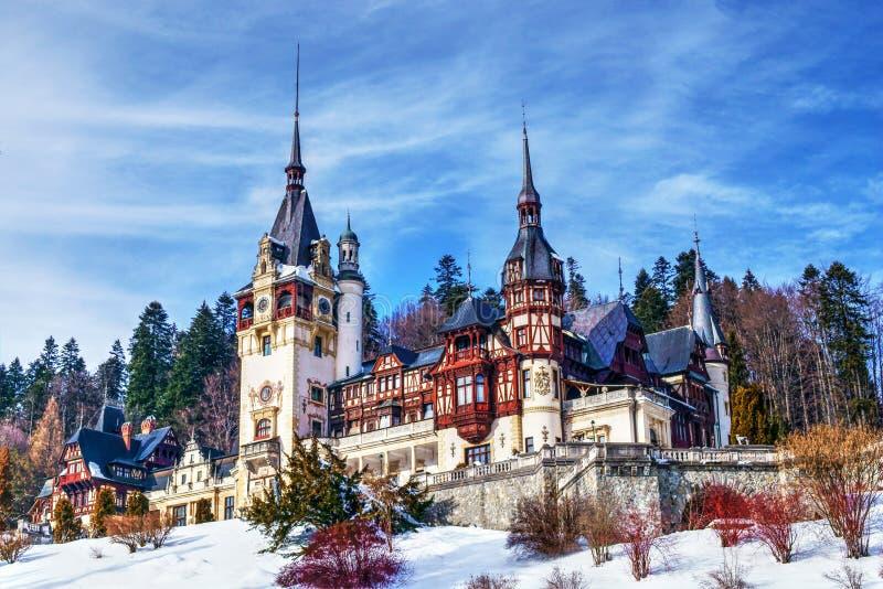 Opinião de perspectiva do castelo de Peles no inverno fotografia de stock royalty free