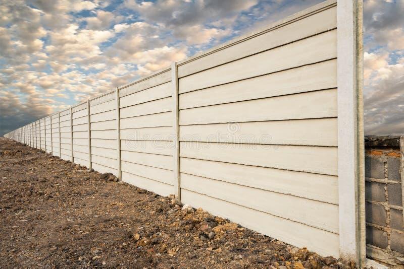 Opinião de perspectiva do muro de cimento pré-fabricado no rés do chão fresco, parede pré-fabricada do composto do cimento sobre  imagens de stock