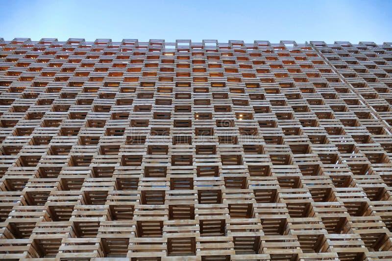 Opinião de perspectiva geométrica do teste padrão da construção de madeira da fachada de baixo no céu azul imagem de stock royalty free