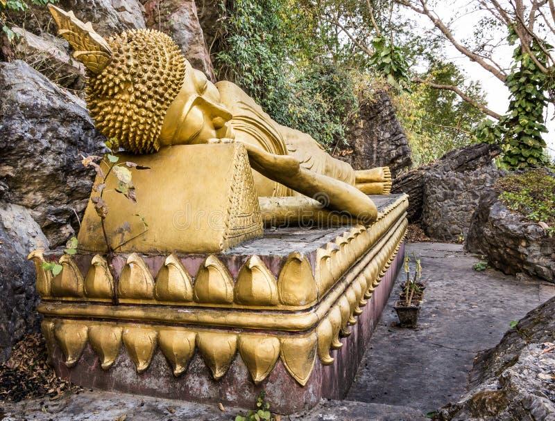 Buddha de sono dourado - montagem Phou Si, Luang Prabang foto de stock royalty free