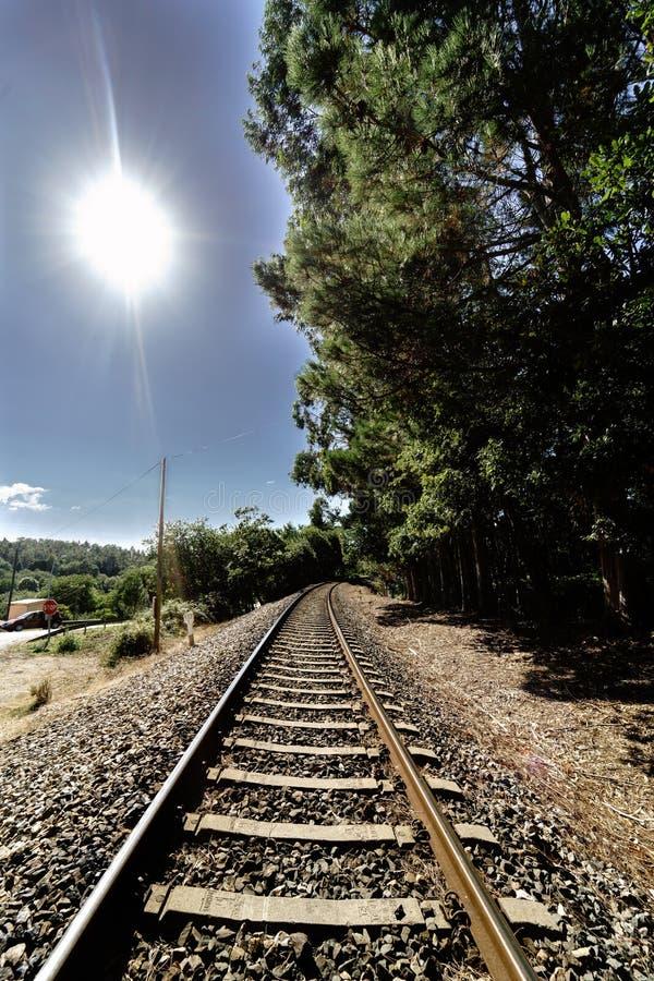 Opinião de perspectiva de uma trilha atual do trem na sagacidade da Espanha de Galiza foto de stock