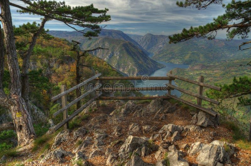 Opinião de Perucac do lago acima do ponto de vista Banjska Stena, montanha Tara, Sérvia ocidental foto de stock