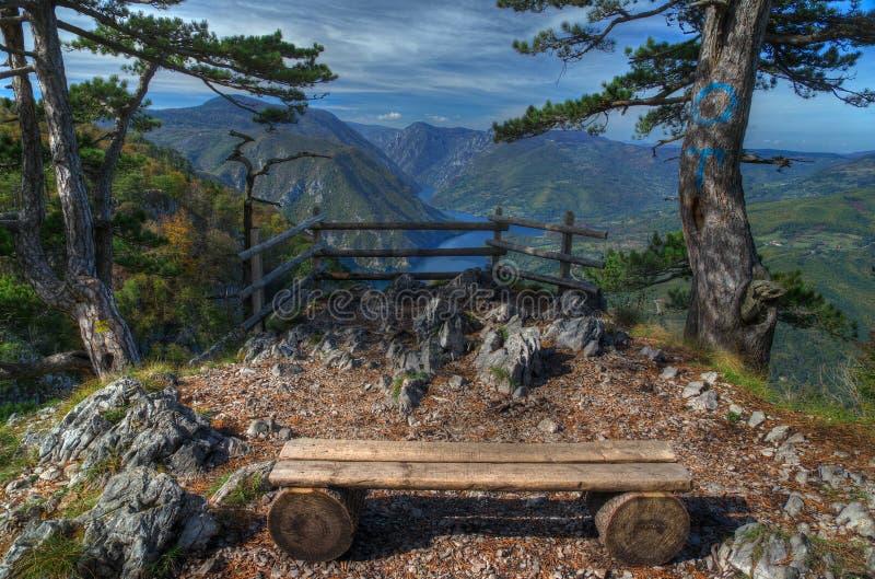 Opinião de Perucac do lago acima do ponto de vista Banjska Stena, montanha Tara, Sérvia ocidental fotografia de stock royalty free