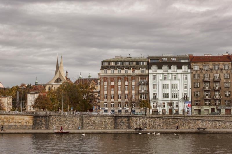 Opinião de Praga do cais do barco de rio fotografia de stock