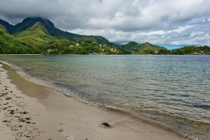 Opinião de relaxamento Beau Vallon Bay em Seychelles foto de stock