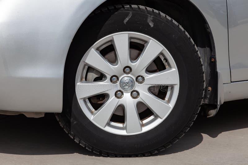 Opinião de roda dianteira de Toyota Camry 2006 na cor de prata após a limpeza antes da venda em um dia ensolarado no estacionamen imagens de stock