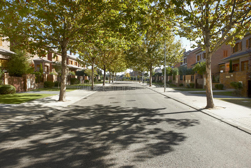 Opinião de rua quieta em uma área residencial imagens de stock royalty free