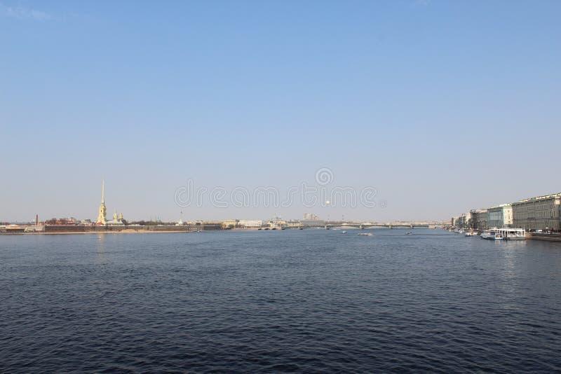 Opinião de St Petersburg da ponte à fortaleza de Peter e de Paul fotos de stock