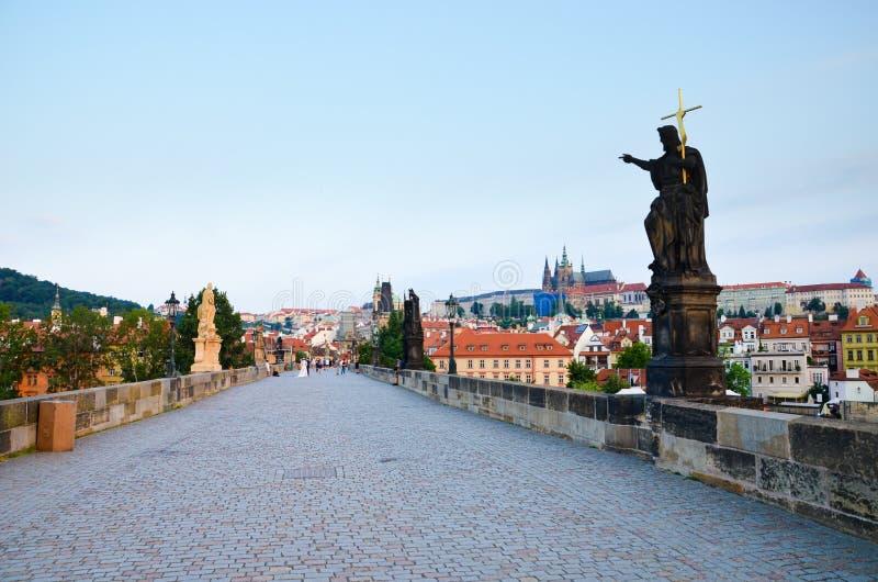 A opinião de surpresa Charles Bridge famoso em Praga, Boêmia, República Checa fotografou no amanhecer na luz do nascer do sol com imagem de stock