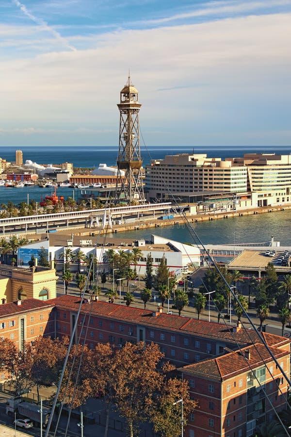 Opinião de surpresa da paisagem do porto em Barcelona Vista do teleférico da estação portuária na montanha de Montjuic no dia ens foto de stock royalty free