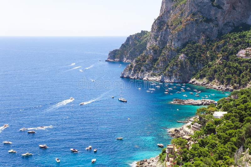 Opinião de surpresa da paisagem no mar de Mediteranian da parte superior da ilha de Capri, Amalfi, Itália fotografia de stock royalty free