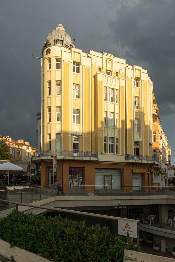 Opinião de surpresa do por do sol da rua de Knyaz Alexander I na cidade de Plovdiv, Bulgária fotos de stock