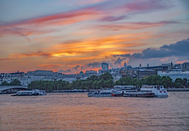 Opinião de Tamisa do rio do por do sol com Somerset House no fundo fotografia de stock