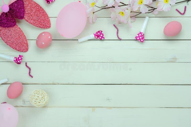A opinião de tampo da mesa disparou do conceito feliz do fundo do feriado da Páscoa da decoração Ovos colocados lisos do coelho d foto de stock