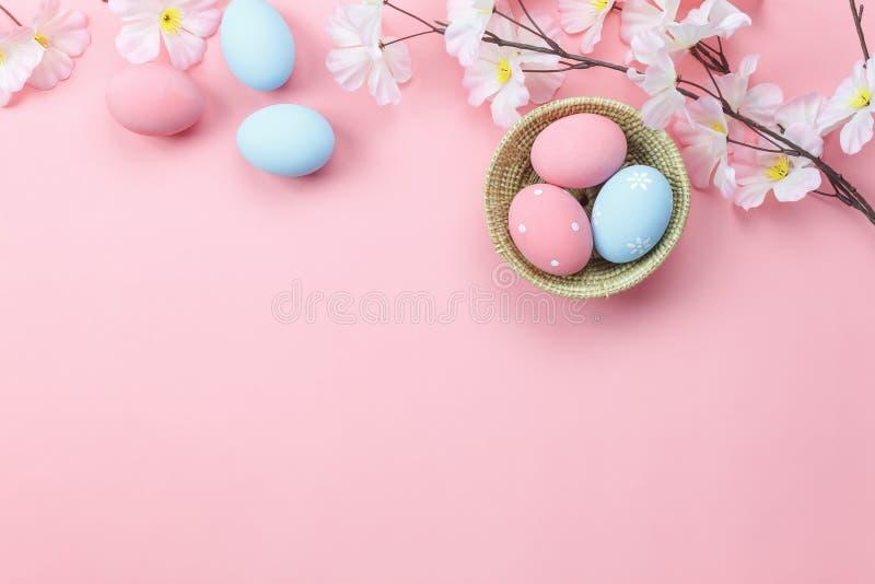 A opinião de tampo da mesa disparou da Páscoa feliz da decoração do arranjo foto de stock