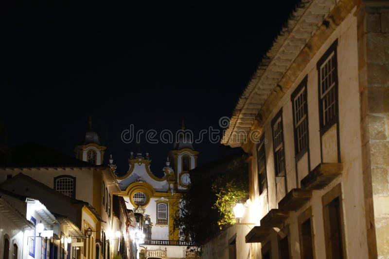 Opinião de Tiradentes MG da cidade e da igreja de Santo Antonio fotos de stock