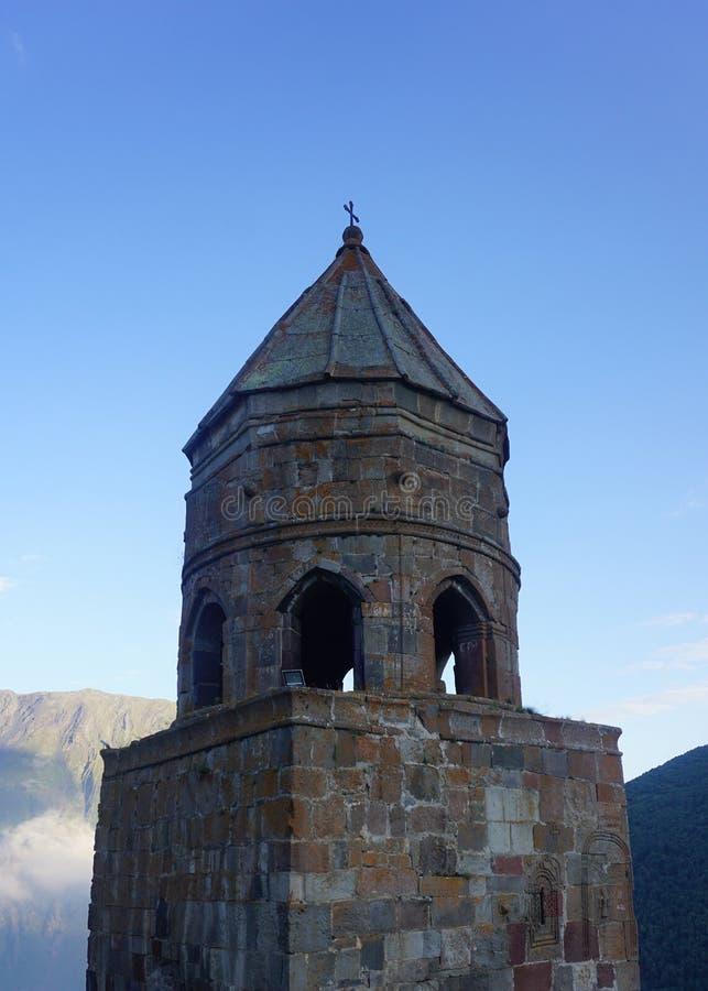 Opinião de torre de Stepantsminda Gergeti Bell imagens de stock royalty free