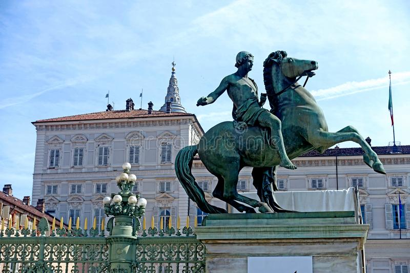 Opinião de Turin de Palazzo Reale do quadrado de Castello imagem de stock