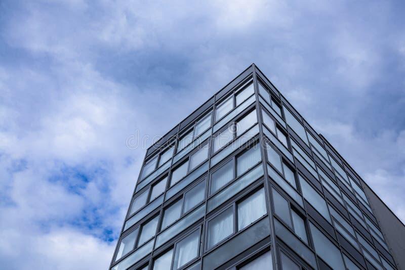 Opinião de vidro moderna da ponta da parte superior do prédio de escritórios da terra inferior C?u com as nuvens no fundo Espa?o  fotografia de stock