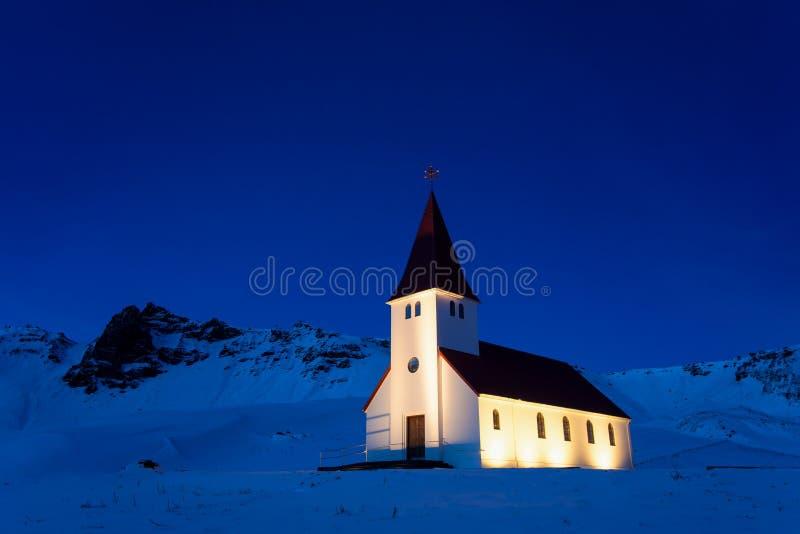 Opinião de Vik Church durante o inverno que localizou na vila de Vik em Reynisfjara, opinião aérea de Islândia da cidade de Vik e fotografia de stock royalty free