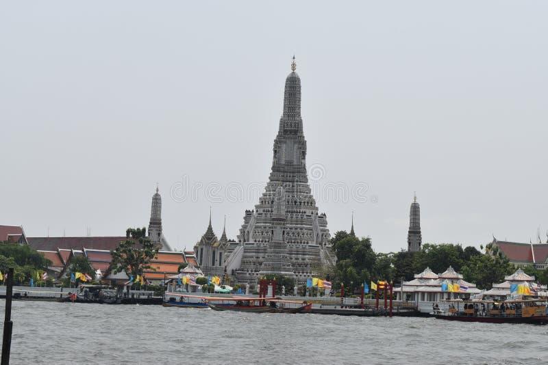 A opinião de Wat Arun no barco a Wat Pho, Wat Arrun está ligada do templo famoso em Banguecoque imagem de stock