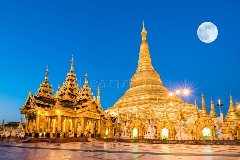 Opinião de Yangon, Myanmar do pagode de Shwedagon com lua super imagens de stock