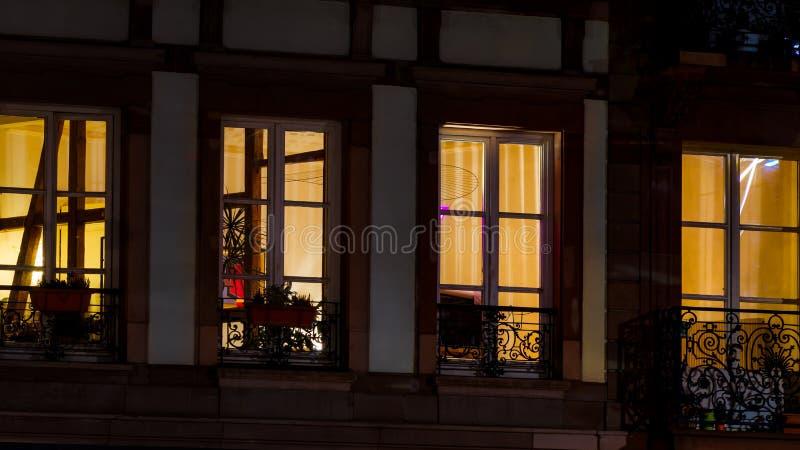 Opinião destacada da noite do close-up das janelas, Strasbourg, centro velho fotos de stock royalty free