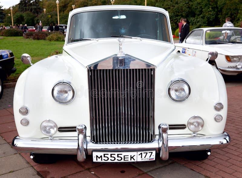Opinião dianteira branca do carro velho clássico fotos de stock