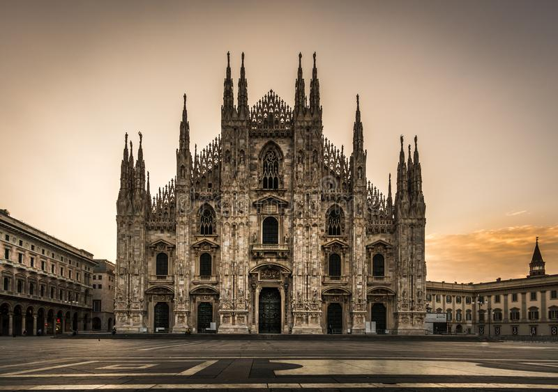 Opinião dianteira da catedral do domo da praça de Milão na noite fotografia de stock royalty free