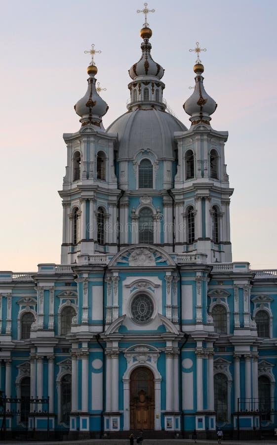 Opinião dianteira da igreja azul Construção com abóbadas douradas imagens de stock