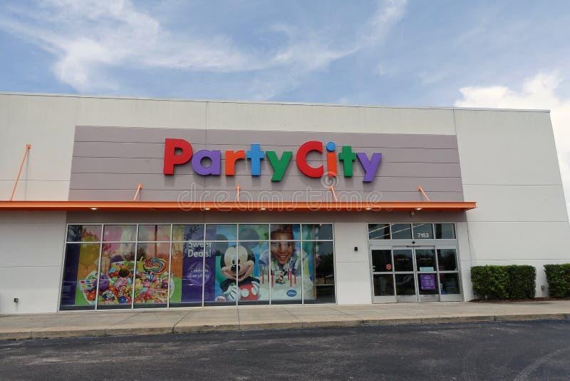 Opinião dianteira da loja da cidade do partido fotos de stock royalty free