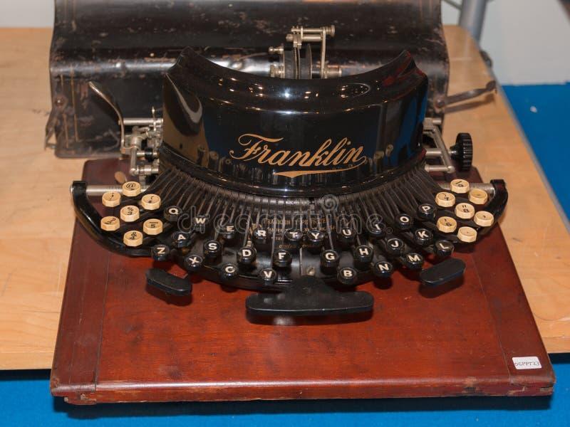 Opinião dianteira da máquina de escrever retro do vintage fotografia de stock