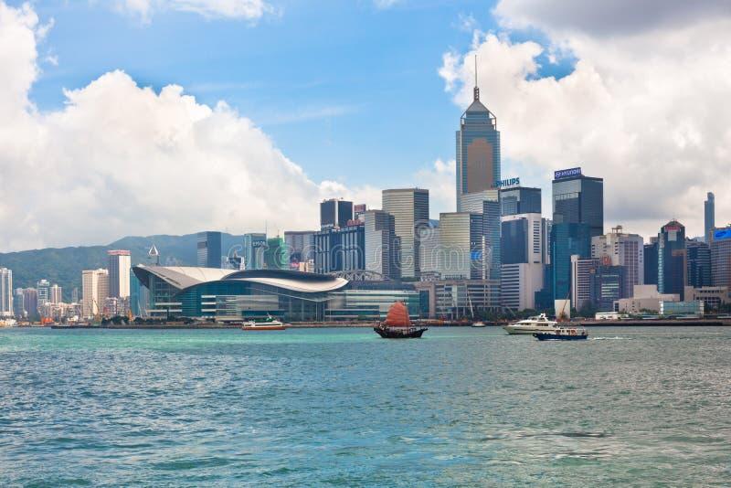 Opinião dianteira de mar com construções luxuosos em Hong Kong imagem de stock