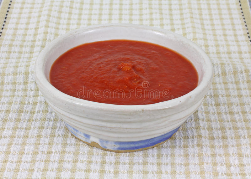 Opinião dianteira de pano Checkered fresco do molho do tomate imagem de stock royalty free