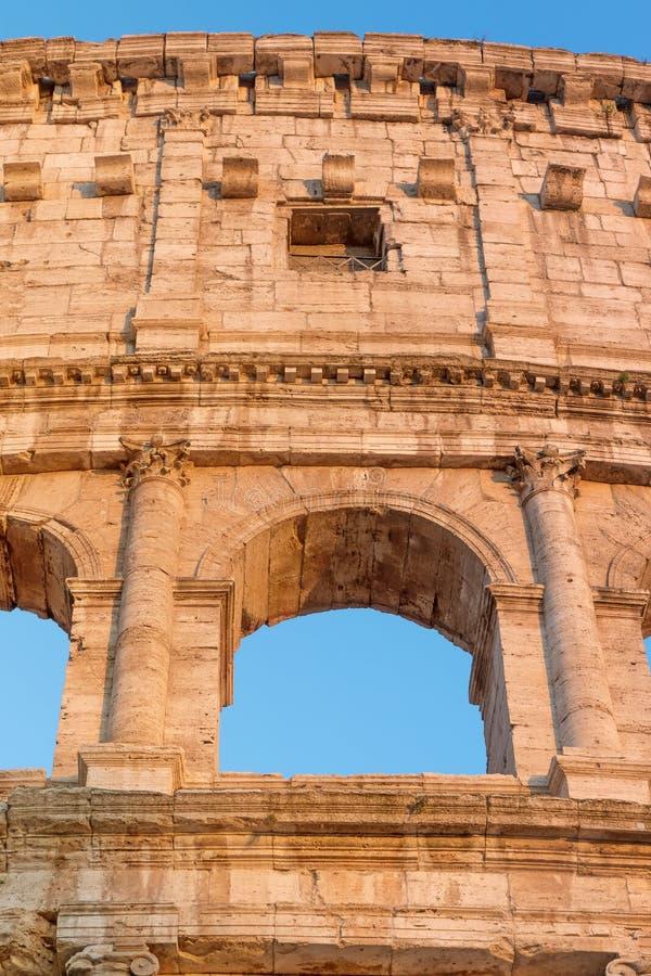 Opinião dianteira do close up do arco de Colosseum em Roma foto de stock