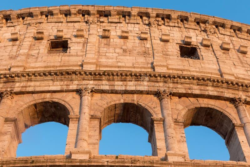 Opinião dianteira do close up dos três arcos de Colosseum F?rum romano do Th fotos de stock
