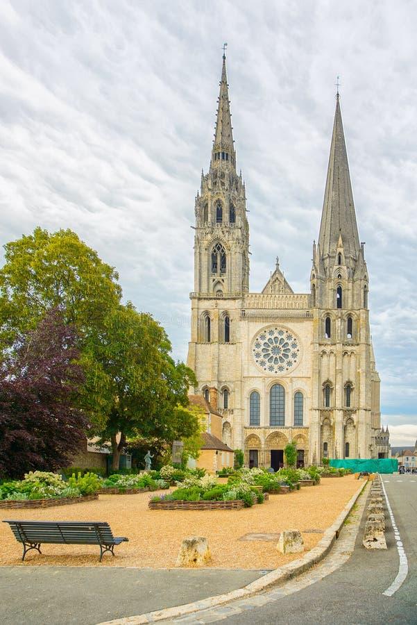 Opinião dianteira do marco medieval da igreja da catedral de Chartres, França foto de stock