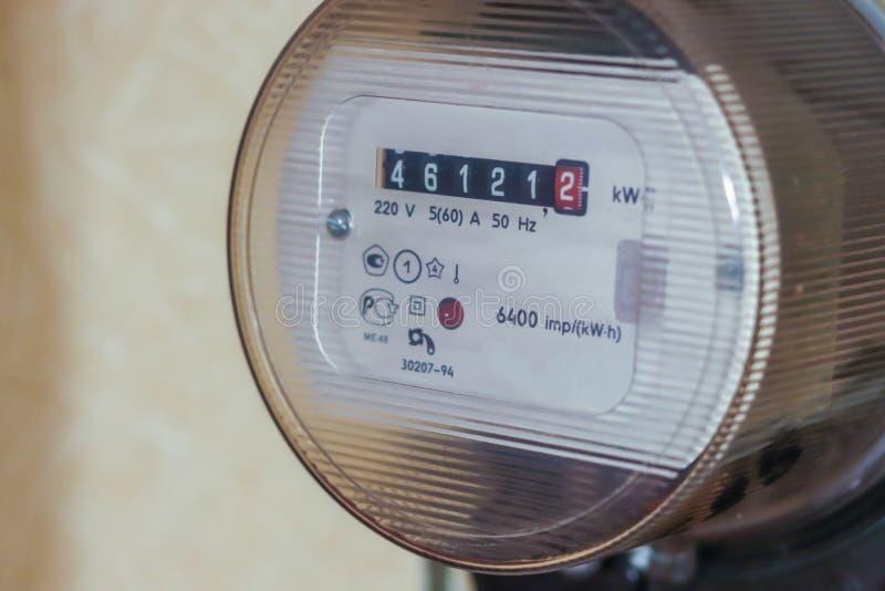 Opinião dianteira do uso da casa da ferramenta da medida do medidor elétrico, fim acima imagens de stock royalty free