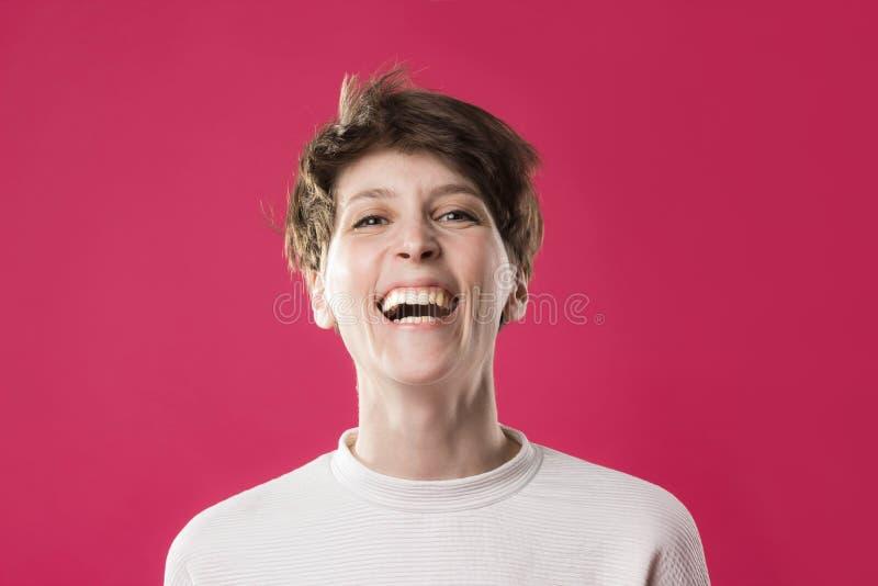 Opinião dianteira a moça extremamente feliz e rindo Modelo à moda bonito foto de stock