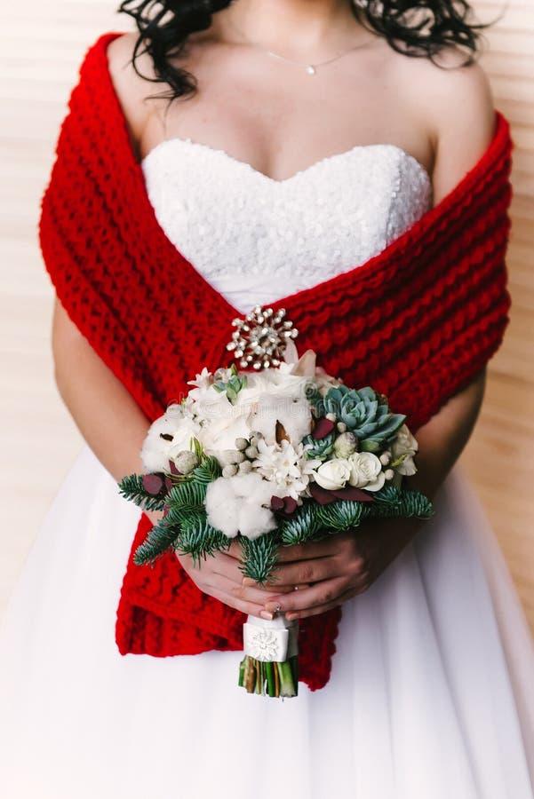 Opinião dianteira a noiva com um ramalhete em suas mãos delicadas imagens de stock royalty free
