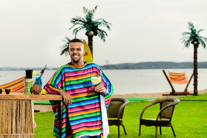 Opinião dianteira o barman mexicano considerável que que está perto do b fotografia de stock royalty free