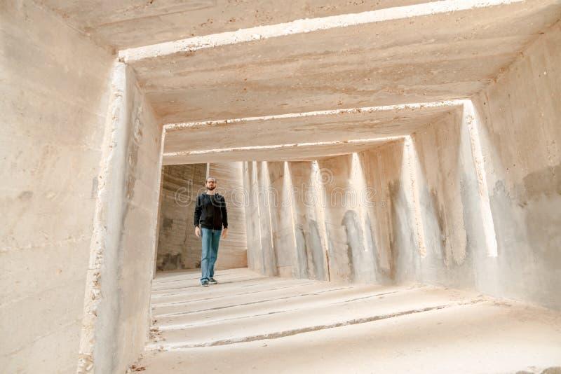 Opinião dianteira o homem que anda apenas no corredor do túnel Passagem só subterrânea urbana da passagem Único movimento adulto  fotos de stock
