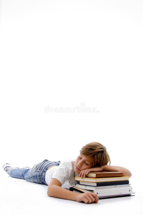 Opinião dianteira o menino que dorme em livros foto de stock royalty free