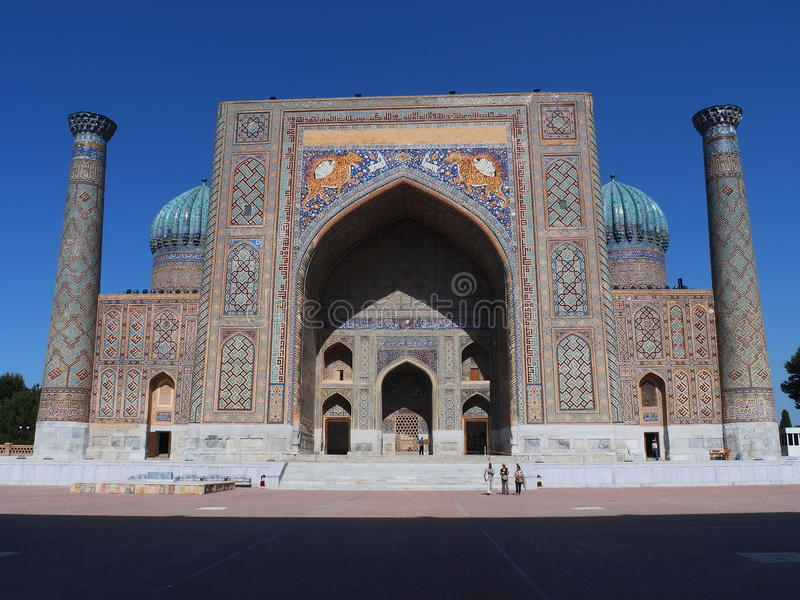 Opinião dianteira Sher Dor Madrasah no quadrado de Registan, Samarkand, Usbequistão foto de stock royalty free