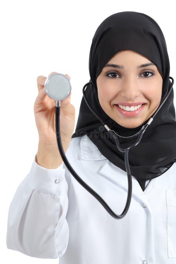 Opinião dianteira uma mulher árabe do doutor que mostra o estetoscópio foto de stock royalty free