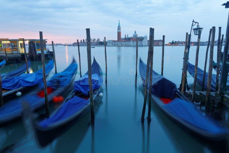 Opinião do amanhecer de Veneza com San Giorgio Maggiore Church no fundo e nas gôndola que estacionam em Grand Canal imagem de stock royalty free