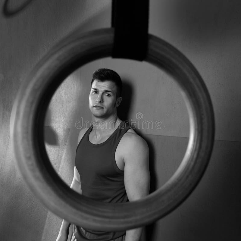 Opinião do anel do gym do homem relaxado após o exercício do gym foto de stock royalty free