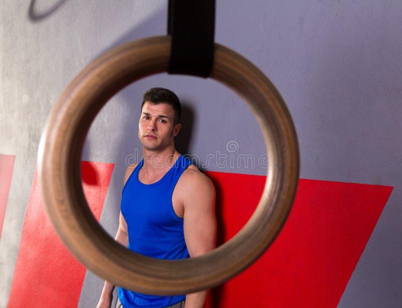 Opinião do anel do gym do homem relaxado após o exercício do gym imagens de stock royalty free