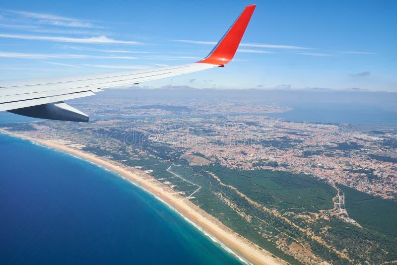 A opinião do ar Costa da Caparica Almada portugal foto de stock